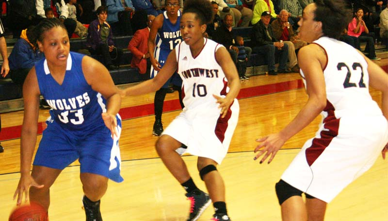 DAILY LEADER / MARTY ALBRIGHT / Co-Lin sophomore Tyrisha Patterson (33) prepare to drive past Southwest  defenders Talisa Sherman (10) and Fredrikah Wilson (22) Thursday night in women's JUCO action.