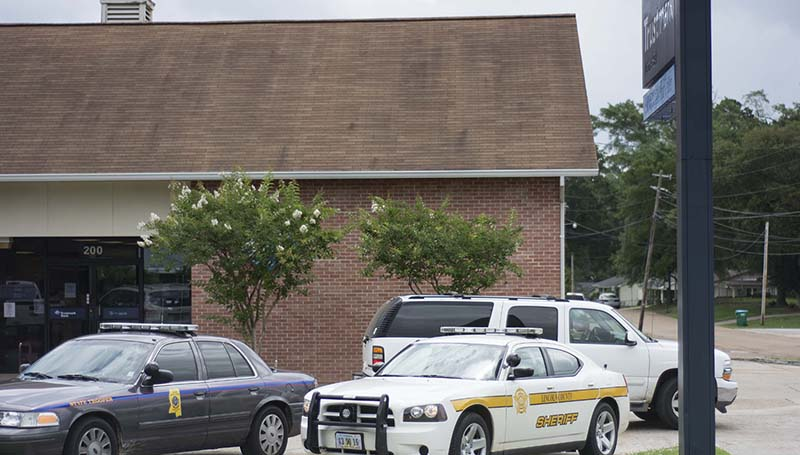DAILY LEADER / KATIE WILLIAMSON / Police, sheriff department and state troopers respond to a suspicious person at Trustmark bank on Monday.